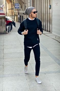 Elige un jersey con cuello circular azul marino y un pantalón chino negro para lidiar sin esfuerzo con lo que sea que te traiga el día. Un par de zapatillas slip-on de ante grises se integra perfectamente con diversos looks.