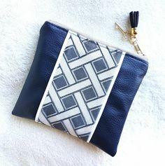Mini pochette fait main en simili cuir et en tissu motifs graphiques losanges, couleur bleu sur fond blanc. Avec Charm et pompon. de la boutique LNHKcreations sur Etsy