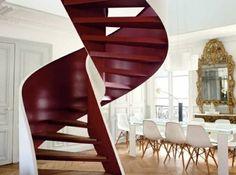 escalera de caracol de color rojo