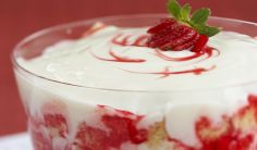Canada Day Strawberry Trifle from Smucker's ® . This we definitely do with a gluten free pound cake (strawberry triffle summer) Dessert Aux Fruits, Bon Dessert, Dessert Recipes, Trifle Desserts, Dessert Ideas, Desserts For A Crowd, Food For A Crowd, Strawberry Triffle, Gluten Free Pound Cake