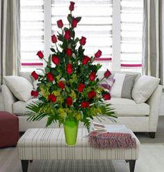 Ideal para un aniversario en es día especial, un arreglo romántico, con rosas rojas, que significa amor.