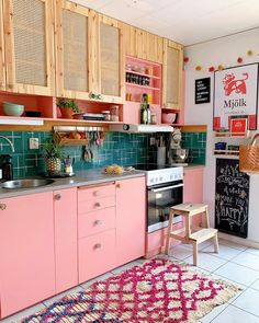 Home Interior Farmhouse Christin EUI Interior Bohemio, Kitchen Decorating, French Kitchen Decor, Funky Kitchen, Bohemian Kitchen, Whimsical Kitchen, Peach Kitchen, Retro Kitchen Decor, Eclectic Kitchen