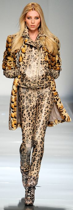 Unique Animal Print RTW Couture from Blumarine :: Fall RTW 2012 How to style leopard print outfits Leopard Fashion, Animal Print Fashion, Fashion Prints, Motif Leopard, Cheetah Print, Leopard Prints, Animal Prints, Leopard Spots, Fashion Week