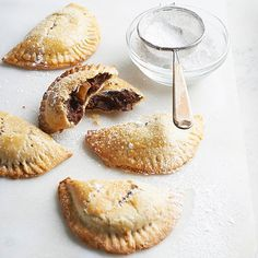 Chocolate Banana Empanadas Indulge in buttery bites of chocolate-banana bliss with these dessert empanadas. Warm, flaky pastry is filled with chocolate, banana, peanuts, and rum for a truly decadent dessert. Delicious Desserts, Dessert Recipes, Yummy Food, Mexican Desserts, Awesome Desserts, Toffee, Fudge, Cupcakes, Eat Dessert First