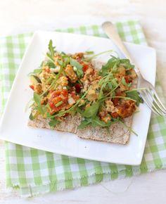 Een ei kan altijd. Als ontbijt, lunch of als onderdeel van het avondeten. Sofie laat je in de video zien hoe je dit heerlijke roerei met groente maakt. Lekker én gezond! Dit ei hoort erbij. Roerei met groente Voor 1 persoon…
