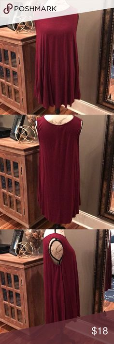 🍁🍁Sleeveless Maroon Tunic This sleeveless tunic is a dream!! Maroon colored tunic that can be worn with leggings or jeans. Excellent condition!! See photo for fabric details. Any questions, please ask!! Tops Tunics