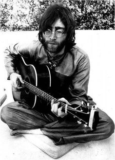 A classic poster of John Lennon of The Beatles playing acoustic guitar during their trip to India!Won't you come out to play. Check out the rest of our FABulous selection of Beatles posters! Beatles Songs, Poster Dos Beatles, Les Beatles, George Beatles, John Lennon Beatles, Yoko Ono, Ringo Starr, George Harrison, Paul Mccartney