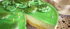 Waldmeister-Frischkäsetorte Rezept für eine leckere Sommertorte ohne Backen. Auf dem Biskuitboden kommt eine Frischkäseschicht mit Götterspeise und Spiegel.