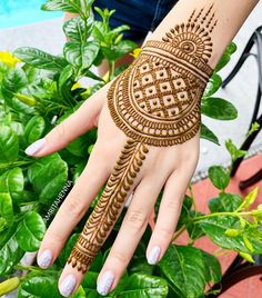 Browse this link to see our stunning mehndi designs and images to try in year You may easily make your personality more cute by just wearing these best mehndi arts nowadays. Cute Henna Designs, Basic Mehndi Designs, Indian Mehndi Designs, Back Hand Mehndi Designs, Stylish Mehndi Designs, Mehndi Designs For Girls, Mehndi Designs For Beginners, Latest Mehndi Designs, Mehndi Designs For Fingers