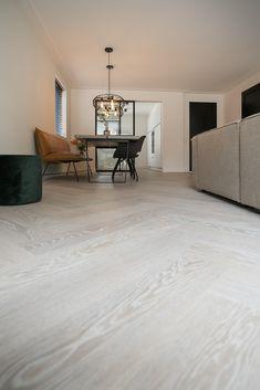 Visgraatparket white wash en Parky Fineerparket   Tida Parket Tilburg White Washed Floors, Pivot Doors, Small Spaces, New Homes, Indoor, Flooring, Living Room, Interior Design, House