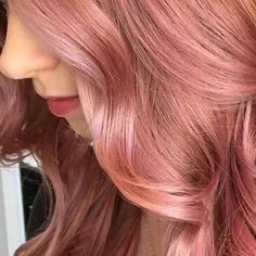 Close up of this gorgeous dimensional color created using Paul Mitchell Shines Xg over preligtened hair. I played with and clear in different ratios and dilutions, handpainting and colormeltin(Warm Rose Gold Hair) Cabelo Rose Gold, Rose Gold Hair, Pink Hair, Dye My Hair, New Hair, Gold Hair Colors, Corte Y Color, Gorgeous Hair, Beautiful