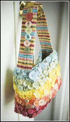 DIY: Accessories With Old Buttons, Cute as a button bag! #diy #crafts #crafty :)