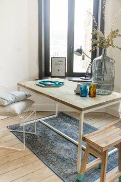 Oeverhouten tafel met stalen frame. Een stijlvolle tafel met een vergrijsd blad bestaande uit extra brede planken en een stalen frame.