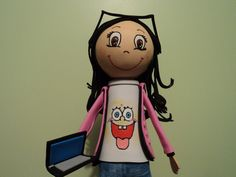 Muñequita con su camiseta de bob esponja... lentes y su inseparable laptop!!