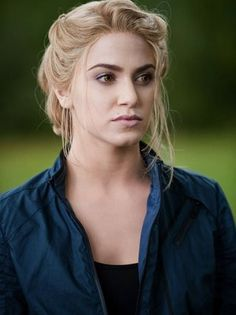 Nikki Reed as Rosalie Hale (The Twilight Saga) She may have been a bitch throughout the series but she's still hot lol Rosalie Cullen, Rosalie Hale, Rosalie Twilight, Twilight Film, Twilight Cast, Nikki Reed Twilight, Twilight Poster, Michelle Monaghan, Celebrity Short Hair