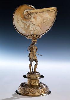 Höhe: ca. 28,5 cm. Gewicht: 571 g. Standring punziert: Augsburger Beschau, Meister Hans Georg Gass, Meister um 1654 (Seling 1588). Augsburg, zweite Hälfte 17....