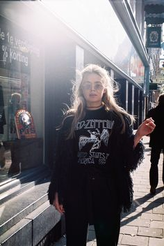 Led Zeppelin tee, fur, sunnies, choker.