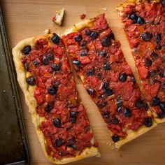 Southern Italian pizza with kalamata olives, stewed tomatoes, anchovies, and hot chili peppers.