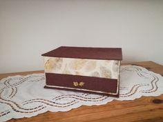 Scatola con scomparti, cassetto e ribaltina; carta e foglie essiccate; originale pomello per il cassetto.