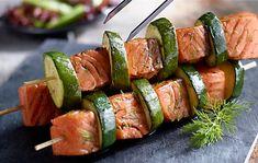 Grilované špízy z lososa a cukety Lidl, Asparagus, Tea Party, Sushi, Grilling, Ale, Food And Drink, Healthy Recipes, Vegetables