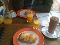 Cafe da manha de padaria - queijo quente na chapa, suco fresco, chocolate! hummmm #aliceincarnaval #amoumapadoca #bomdemais