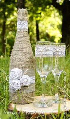свадебные бокалы мешковина - Поиск в Google Diy Wine Glasses, Decorated Wine Glasses, Painted Wine Glasses, Diy Bottle, Wine Bottle Crafts, Bottle Art, Handmade Wedding, Diy Wedding, Rustic Wedding