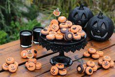 Macorns v štýle halloween Tea Lights, Dessert Recipes, Candles, Halloween, Tea Light Candles, Candy, Candle Sticks, Desert Recipes, Pastries Recipes