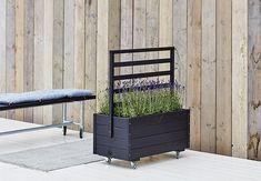 Blomlåda PLUS med Spalje till bra pris hos Golvshop. Container Plants, Container Gardening, Outdoor Chairs, Outdoor Furniture, Outdoor Decor, Forest View, Garden Yard Ideas, Garden Architecture, Contemporary Garden