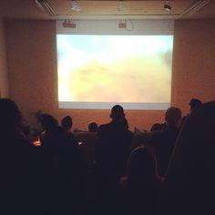 Kunstvideo-maraton på Habitat. 25 kunstnere viser deres værker. Noget er smukt og noget er nærmest forfærdeligt! Ikke dårligt. #HabitatKunstnerfællesskab #odense #artcinema #video #cinema #lahnsgade48 #mitodense #thisisodense www.thisisodense.dk/8141/art-cinema