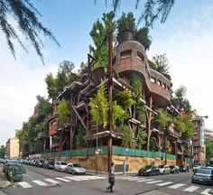 This apartment building in Turin, Italy Is disguised in potted forest of 150 potted trees and branching steel beams. Designed by Luciano Pia, this creation transforms Turin's homogeneous urban scene and blows life into the residential building. Architecture Cool, Landscape Architecture, Sustainable Architecture, Vertical Forest, Noise Pollution, Turin Italy, Apartment Complexes, Green Building, Treehouses