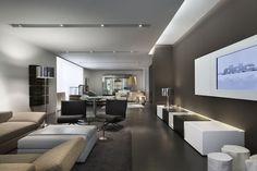 un plafond blanc tendu dans le salon spacieux et élégant