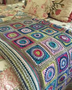 Crochet Granny Square Design First finish for The pattern is Circle of Friends by Priscilla Hewitt. Crochet For Beginners Blanket, Baby Afghan Crochet, Crochet Quilt, Manta Crochet, Crochet Blocks, Crochet Borders, Afghan Crochet Patterns, Crochet Home, Diy Crochet