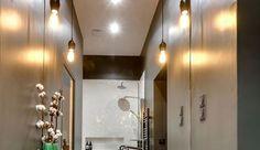 Le carrelage est généralement le revêtement privilégié quand il s'agit d'habiller les murs de la salle de bains. Pourtant, de nombreux matériaux, autres que le carrelage, existent : peinture, PVC, teck, et même papier peint ! Tenté par l'un d'entre eux ? La rédaction se charge des présentations.
