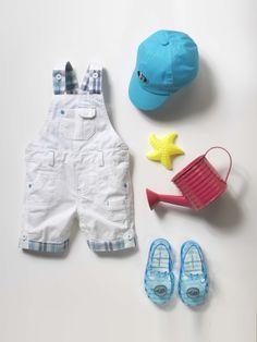 Verbaudet: Calças bebé menino>Silhueta Boné em tecido, para bebé menino + Jardineiras curtas, para bebé menino + Sandálias de praia, para menino