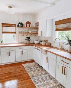 Boho Kitchen, Home Decor Kitchen, Interior Design Kitchen, Home Kitchens, Kitchen Ideas, Kitchen Plants, Bohemian Interior Design, Country Kitchen, Small Space Kitchen