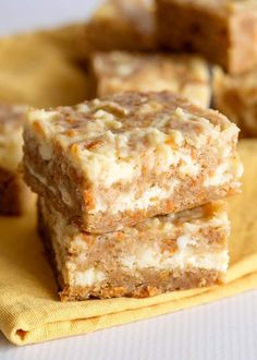 Easter Dessert: Carrot Cake Bars - These carrot cake bars are so moist and delicious! They have a sprinkle of cinnamon and a cheesecake swirl in them. They're the perfect Easter dessert bars. Dessert Kabobs, Bon Dessert, Dessert Bars, Breakfast Dessert, Dessert Table, Brownie Desserts, Köstliche Desserts, Pudding Desserts, Dessert Recipes