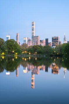 Central Park Summer Night With City Lights Reflection from Pond Central Park, Empire State Building, New York Outfits, Ocean At Night, Manhattan, Centre Commercial, Park Art, Light Reflection, Summer Art