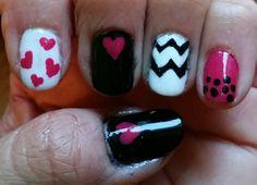 Diseño de uñas combinando tres colores