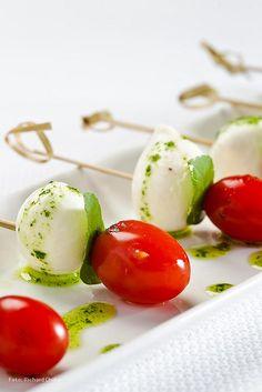 Caprese: mozzarela di bufala & tomatoes (Me encanto, y se le puede agregar lo que quieras)