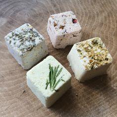 badekugeln-selber-machen-würfel-kräuter-lavendel-rosmarin-blumenblätter