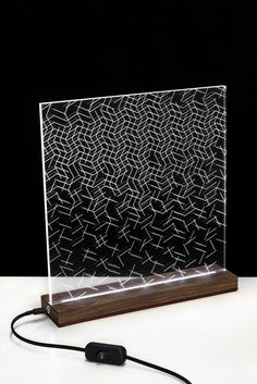 Op-Art  mesa lámpara madera y acrílico