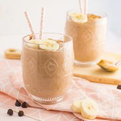 A healthy chocolate peanut butter banana smoothie recipe only requires 5 ingredients and is perfect for a vegan breakfast or a midday snack! Strawberry Blueberry Smoothie, Chocolate Peanut Butter Smoothie, Peanut Butter Banana, Healthy Chocolate, Fruit Smoothies, Vegan Smoothie Recipes, Chocolate Peanuts, Chocolate Chips, How To Cook Quinoa