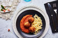 Harcsagombóc paradicsomos halászlé mártással recept. Válogass a többi fantasztikus recept közül az Okoskonyha online szakácskönyvében!