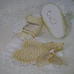 Kit de sapatinho em tecido customizado com pérolas e fita de cetim e faixa de cabelo com meia de seda.......