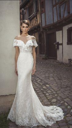 Ein Traum aus Spitze ist dieses Figurbetonte Brautkleid im Vintagelook!