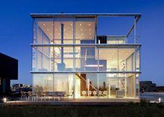 Rumah kaca- saat ini banyak sekali orang -orang yang sedang menggandrungi model rumah yang terbuat dari bahan kaca, kaca digunakan di bagian dinding nya