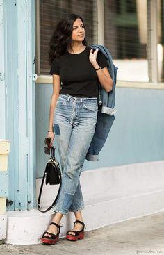Черная футболка с джинсами и босоножками