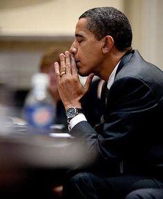 Two Term President, Barack Obama Praying. Black Presidents, Greatest Presidents, American Presidents, Presidents Usa, American Soldiers, First Black President, Mr President, Presidente Obama, Barack Obama Family
