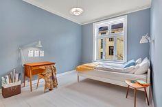 (1) FINN – KLASSISK PÅ ENERHAUGEN: Stor, gjennomgående 3-roms. Romslig stue. God takhøyde. Lav kjøpsomkost. Sjarmerende bygård.