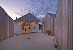 平屋を5軒星形に配置したデンマークの夏の家の中庭スペース